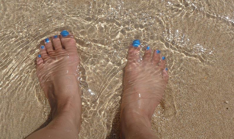 Beneficios del agua del mar - Pies en la arena