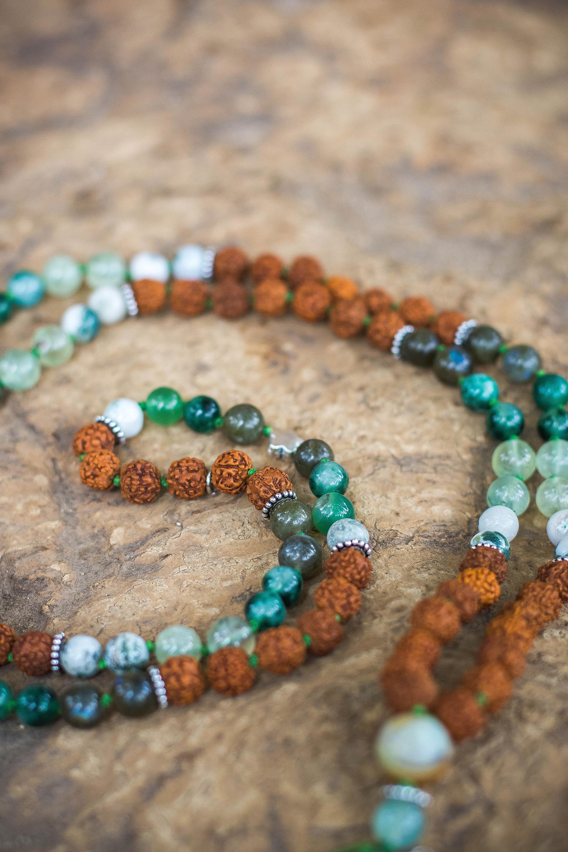Japa mala rudraksha verde detalle piedras