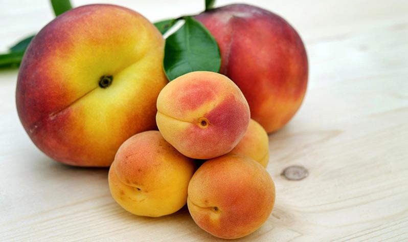 Qué comer en verano para mejorar tu bienestar - Frutas de hueso