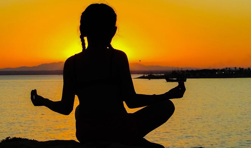 Aprovecha el verano para hacer yoga con tus hijos - Sol
