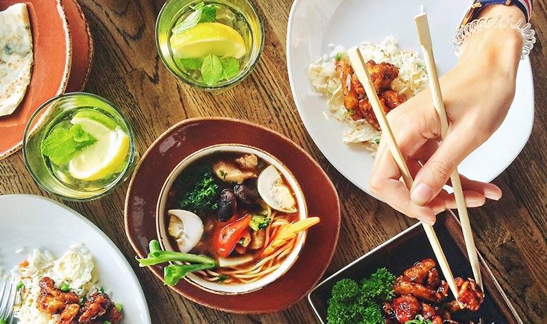 Mindful eating, los beneficios de una alimentación consciente - Comer con palillos