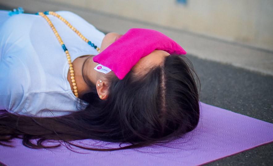 Conoce los nuevos accesorios de meditación y yoga de Aumjoia - Almohadilla ojos púrpura