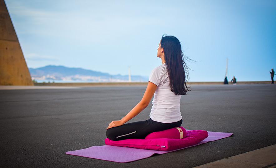 Conoce los nuevos accesorios de meditación y yoga de Aumjoia - Portada