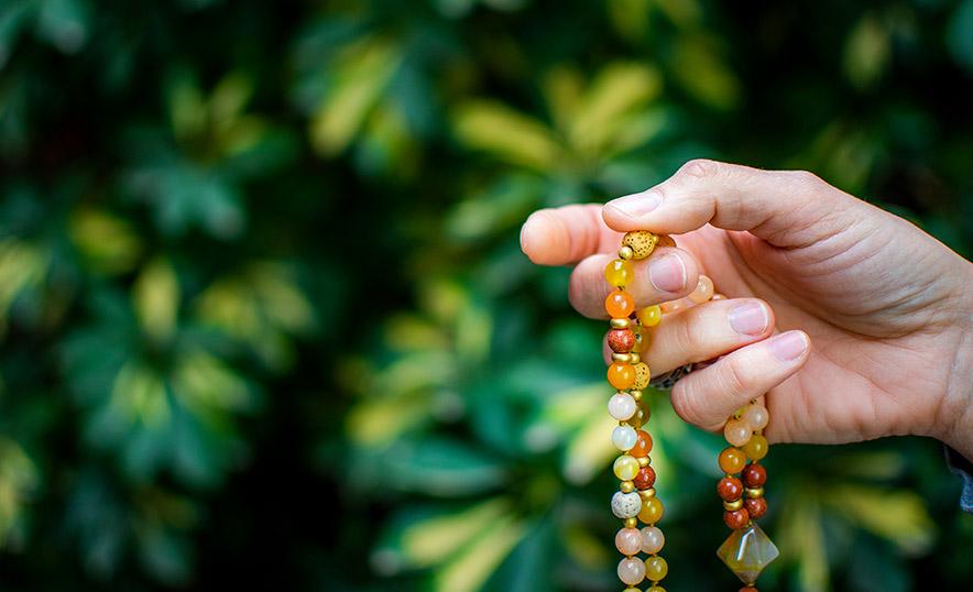 Ante el burnout, yoga y meditación con Japa Mala - Mano